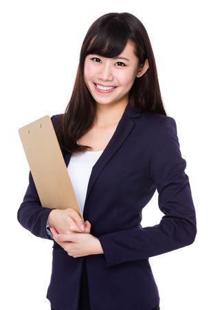 Asiatische junge Geschäftsfrau mit Zwischenablage tragen Standard-Bild