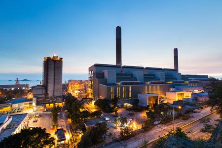 industria petroquimica: Resplandor de luz de la industria petroquímica en la puesta del sol Foto de archivo