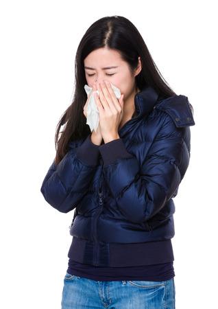 estornudo: La mujer siente mal y estornudo