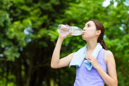 genießen: Frau Getränk des Wassers mit Lauftrainingsanzug