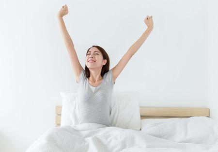 despertarse: Asian atractiva mujer despertarse en la cama