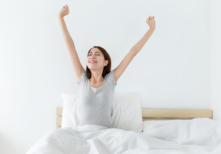 Attractive femme asiatique réveiller sur le lit Banque d'images - 44390317