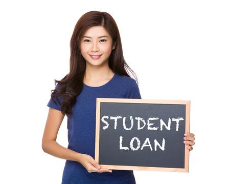 show bill: Mujer asiática con la pizarra que muestra la frase de préstamos estudiantiles