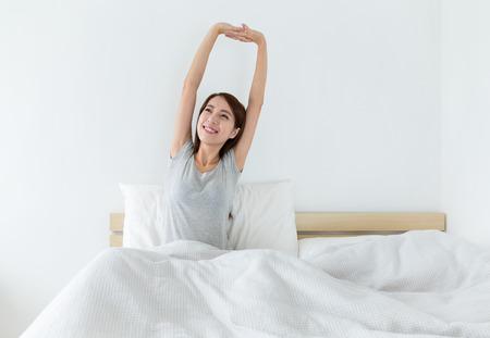despertarse: Mujer acaba de despertar con estirar la mano