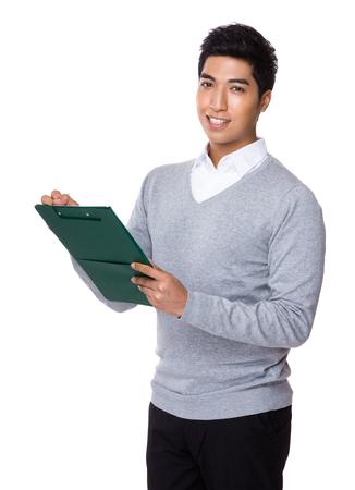 jovenes felices: Hombre de negocios indio toma nota en el sujetapapeles