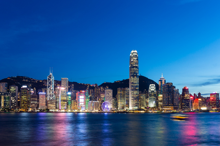 밤 홍콩 도시의 스카이 라인 스톡 콘텐츠