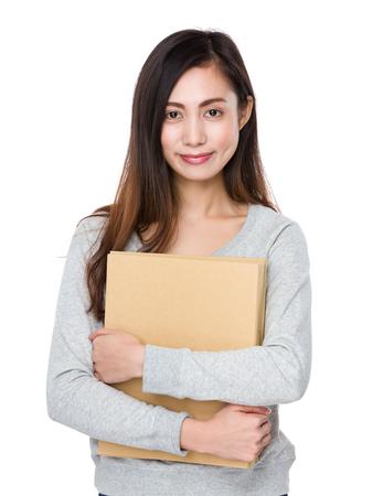 estuche: Asimiento de la mujer joven con la carpeta