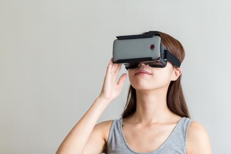 anteojos: Mujer que usa el casco de realidad virtual de