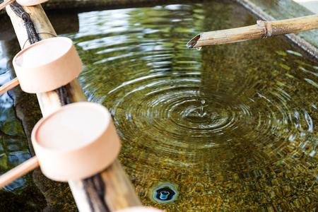 sien: De purificaci�n de agua en la entrada del templo japon�s Foto de archivo