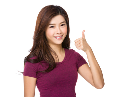 Asian Junge Frau mit Daumen nach oben Geste