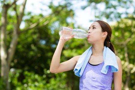 botella de plastico: Atleta de agua potable mujer de una botella de pl�stico
