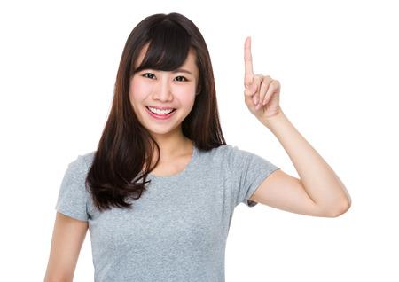 Mujer asiática con el dedo hasta el punto Foto de archivo