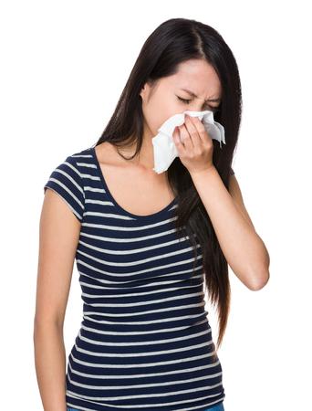estornudo: Asi�tico estornudo de la mujer joven