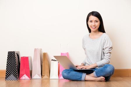 Frau mit dem Notebook-Computer für Online-Shopping