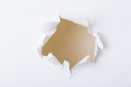 penetracion: Agujero en el papel con desgarro Foto de archivo