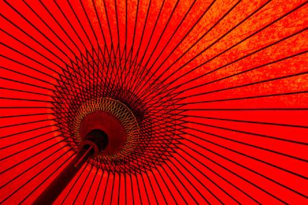 fondo rojo: Tradicional paraguas rojo japon�s