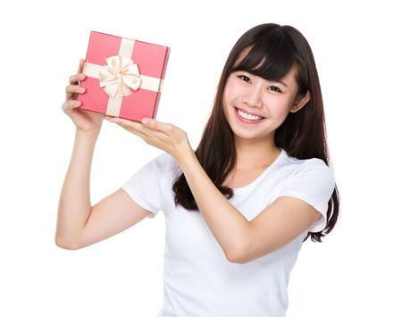 celebra: asimiento de la mujer asiática joven con caja de regalo