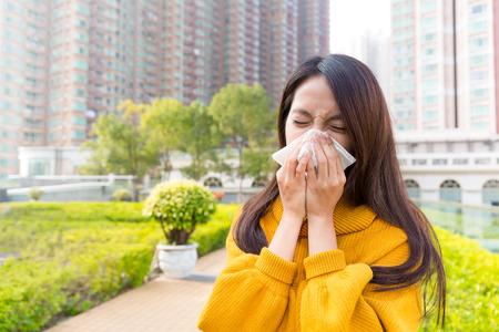 estornudo: estornudo de la mujer joven Foto de archivo