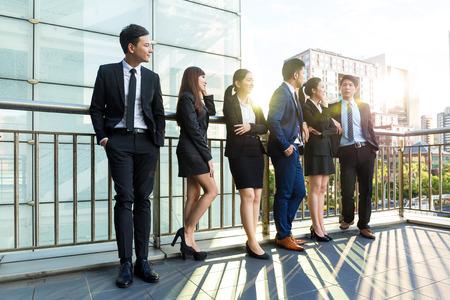 niñas chinas: Grupo de los hombres de negocios en al aire libre