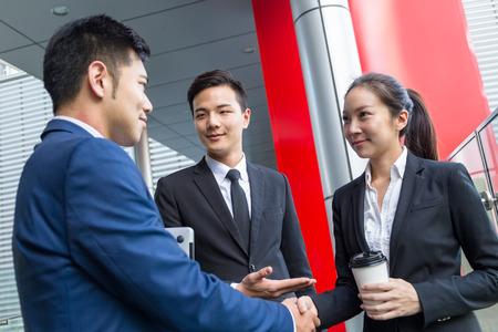 Uomo d'affari introdurre un nuovo partner al suo capo