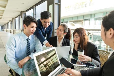 Un groupe de gens d'affaires discuter sur le contrat