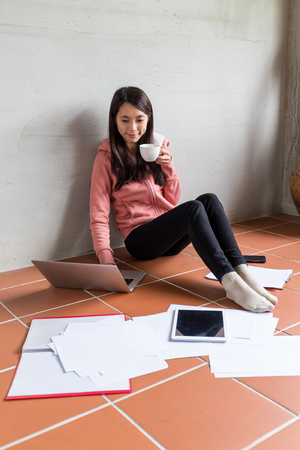 my home: Woman drink a cup of tea with her messy work