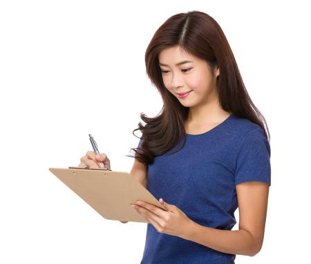 De vrouw neemt nota over bestand boord