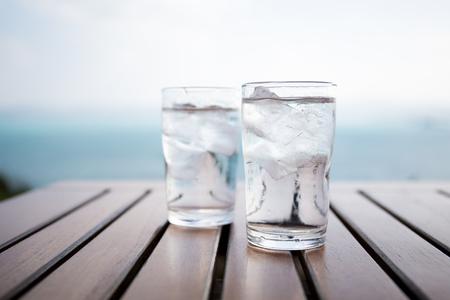 Glas water op een tafel in een restaurant Stockfoto