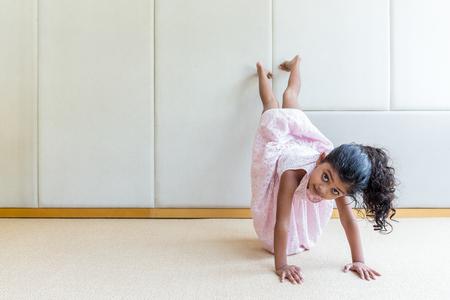 ragazze a piedi nudi: ragazza indiana giocando verticale in casa Archivio Fotografico
