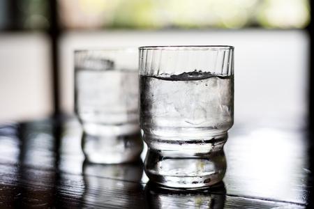 vaso con agua: Vaso de agua sobre la mesa en el restaurante