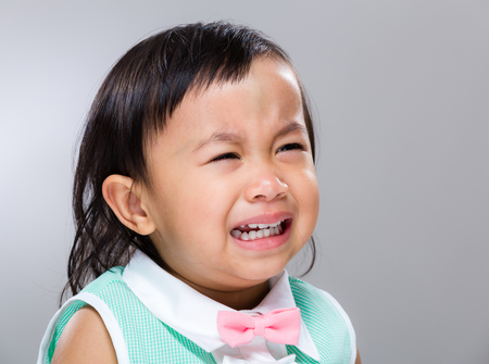 fille pleure: Baby girl cri