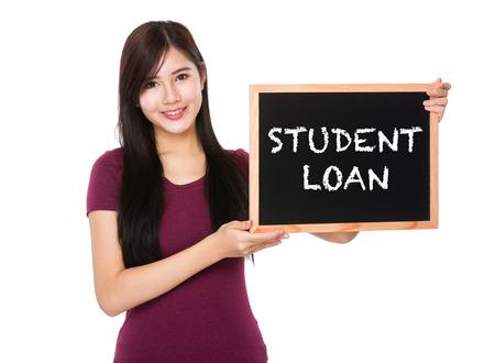 show bill: asimiento de la mujer asiática con el préstamo frase estudiante pizarra en blanco mostrando