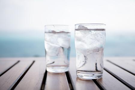 레스토랑에서 아이스 물 유리