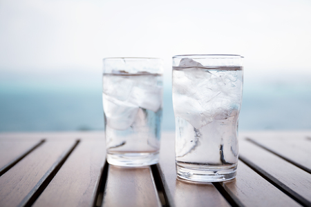 agua purificada: Vaso de agua helada en el restaurante