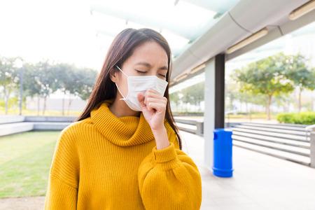 Joven mujer de oro resfriado y la tos