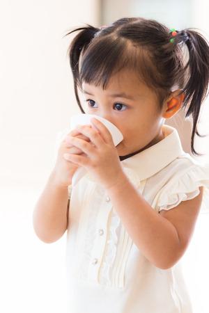 sediento: bebida de la niña con agua