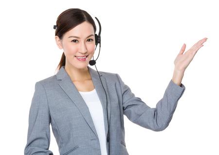 servicio al cliente: ejecutivo de servicios al cliente con la palma de la mano abierta Foto de archivo