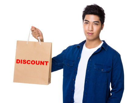 t off: Man hold with shopping bag and showing a word discount
