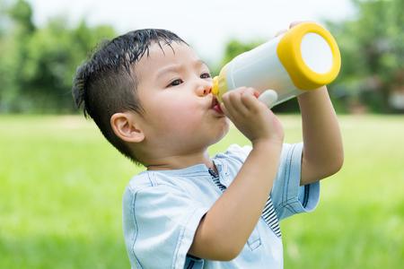 水のボトルと赤ちゃん男の子の飲み物