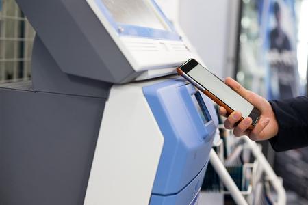 Frau scannt Rabatt Coupon in Ticketing-Maschine Standard-Bild