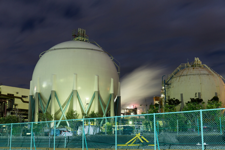 Natural Gas storage tanks bij nacht