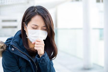 contaminacion aire: La mujer asiática sensación de malestar Foto de archivo