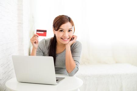 Mujer de compras en línea con tarjeta de crédito y la computadora portátil