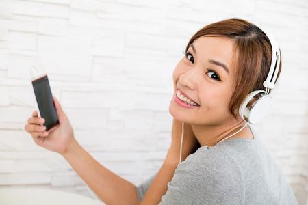 personas escuchando: La mujer joven escuchar música