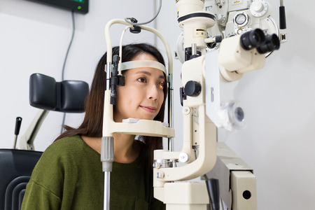 De jonge vrouw heeft oogonderzoek Stockfoto