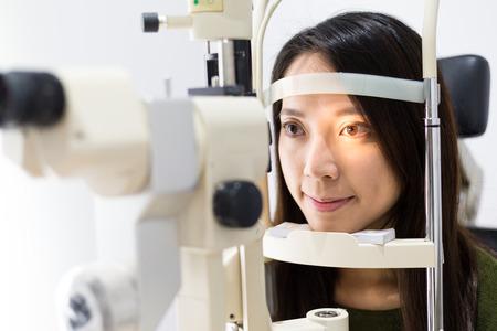 眼科で目の検査中に患者