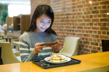 tiendas de comida: La mujer toma la foto en su comida