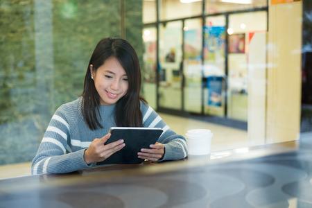 obra social: Mujer uso de teléfonos inteligentes en el café