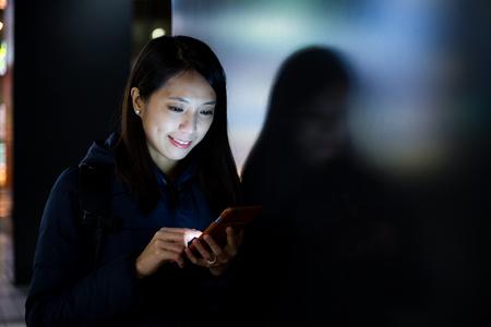 uso de la mujer del teléfono móvil en la calle Foto de archivo