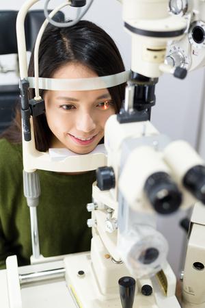 ojo humano: Mujer que tiene examen de los ojos